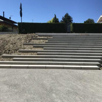 Escalier en blocs béton bouchardés gris à l'école d'Excenevex, 74140