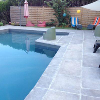 Plage de piscine en dalles béton chez un particulier à Annecy-le-Vieux, 74940