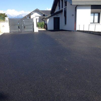 Cour en enrobé 0/10 avec bordures granit gris clair chez un client particulier à Lovagny, 74330