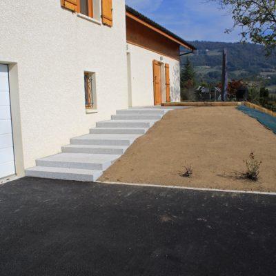 Escalier en blocs granit gris clair, bordures granit gris clair et palier en enrobé 0/06