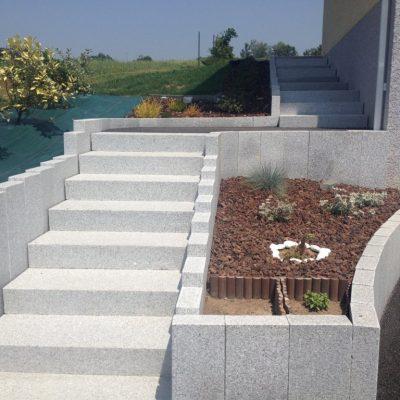 Escalier en blocs granit gris clair et balustre granit avec enrobé 0/10 chez un particulier à Chavanod, 74650