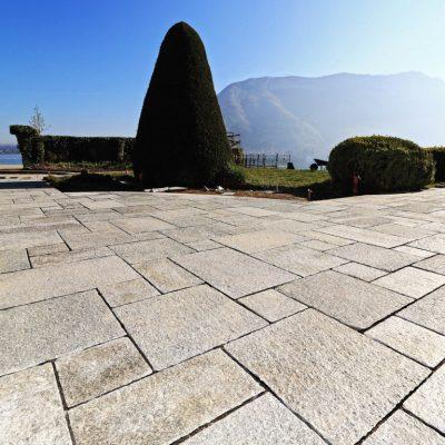 Terrasse en dalles Luzerne posée en opus Romain chez un particulier à Sevrier, 74290