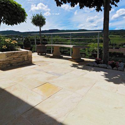 Terrasse en dalles Grès posées en opus Romain à chez un particulier à Rumilly, 74150