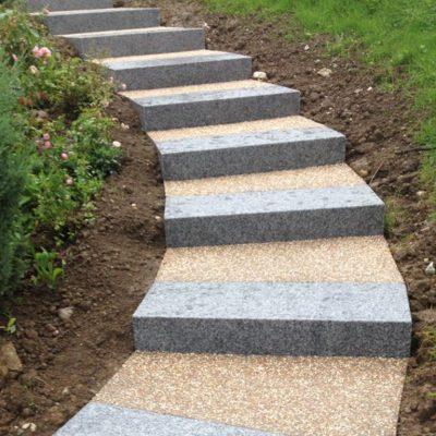 Escalier en blocs granit gris clair avec palier béton désactivé chez un particulier à Chavanod, 74650
