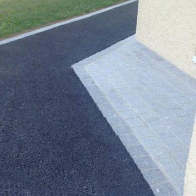 Allée en enrobé avec lignes de pavés granit gris et surface en pavés granit chez un client particulier à Annecy, 74000