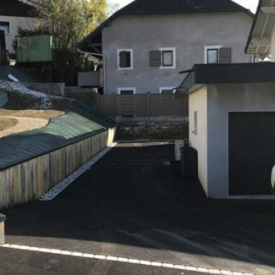 Cour en enrobé granulométrie 0/06 avec ligne de pavés granit gris et muret poutre chêne chez un client particulier Villaz, 74370
