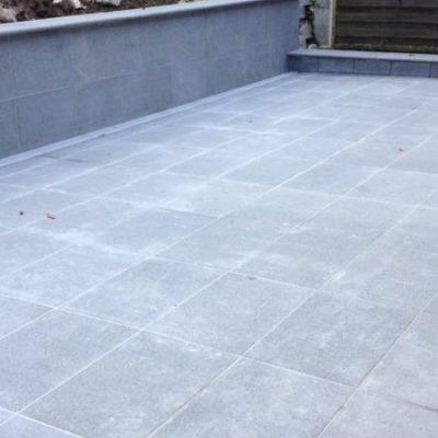 Mur béton avec parement granit gris foncé chez un particulier à Poisy, 74330