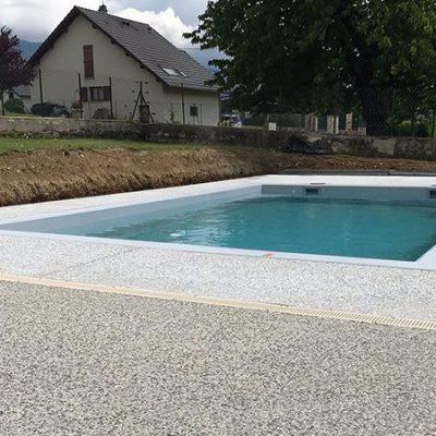 Plage de piscine en béton poncé et terrasse en béton désactivé chez un particulier à La Biolle 73410
